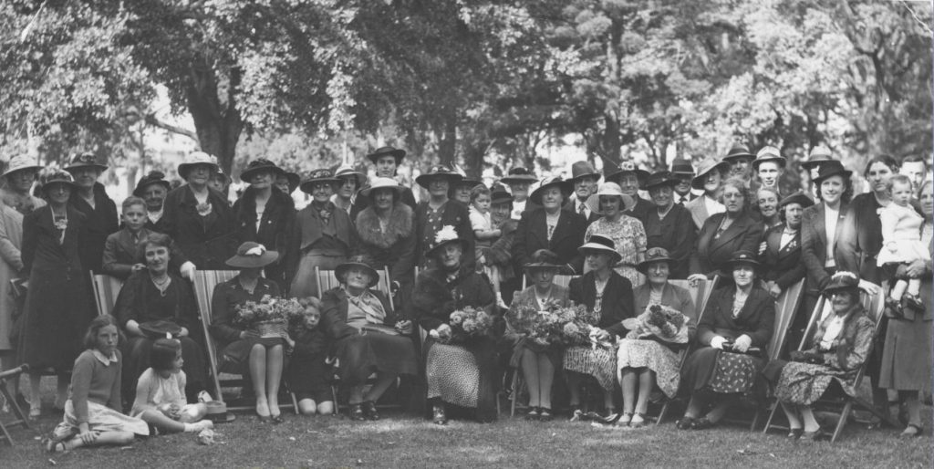 Black and white photograph of members of the Spare Corner club at their picnic in the Fitzroy Gardens